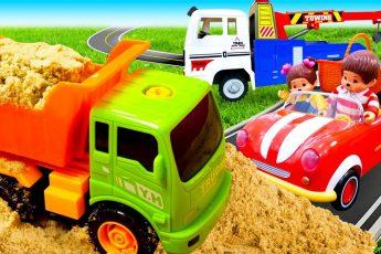 Машинки для малышей — Грузовик, Эвакуатор и Обезьянки Мончичи в машинке Кабриолет — Машины-помощники