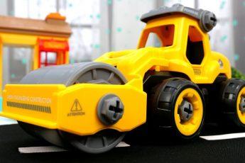 Машинки ПОМОЩНИКИ для малышей — Грузовик, Экскаватор и машинка КАТОК — Строим дорогу для машинок