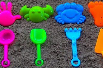 Учим цвета с Разноцветными формочками для песка: Обучающее видео для детей с куличиками
